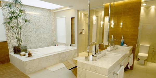 Banheiro com parede em Pedra Portuguesa