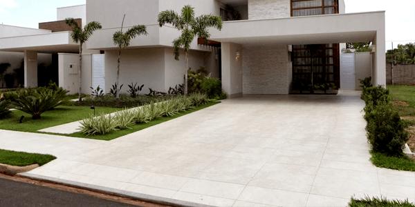 Calçada com Piso de Cerâmica ou Porcelanato