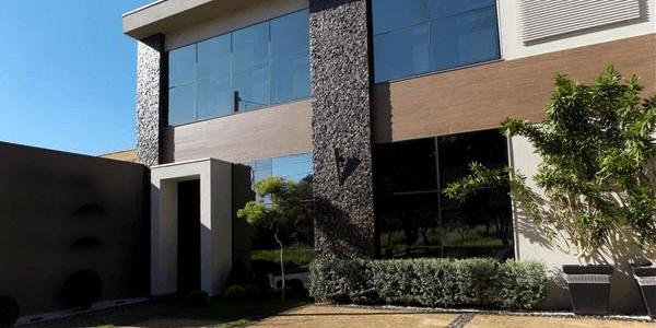 Escritório com fachada em Pedra Portuguesa Preta