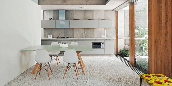 Cozinha com piso em Pedra Portuguesa