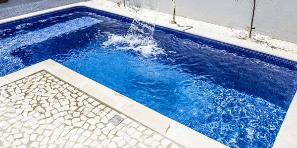 Área de piscina com piso em Pedra Portuguesa
