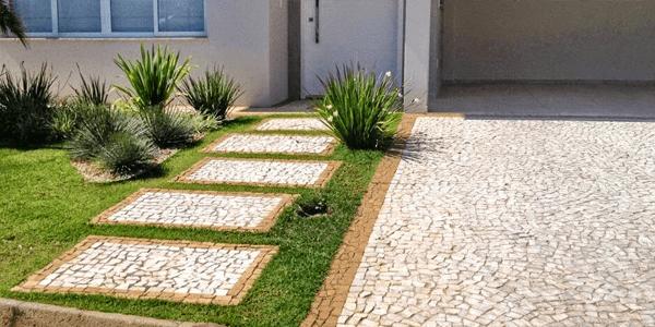 Jardim com Pedra Portuguesa na Entrada da Casa