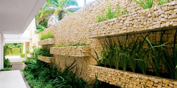 Jardim Vertical com Pedra Portuguesa