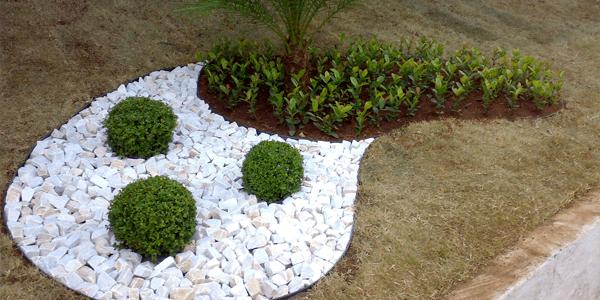 Detalhe de Jardim com Pedra Portuguesa