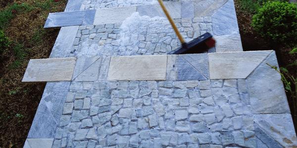 Como limpar pedra portuguesa? Vassoura de cerdas duras