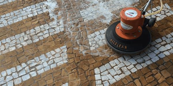 Como limpar pedra portuguesa? Contrate um Profissional